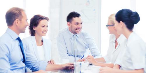 Pessoas contratando plano de saude empresarial